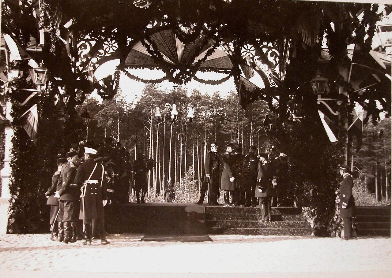 06. Группа офицеров на станции в ожидании прибытия императорской фамилии