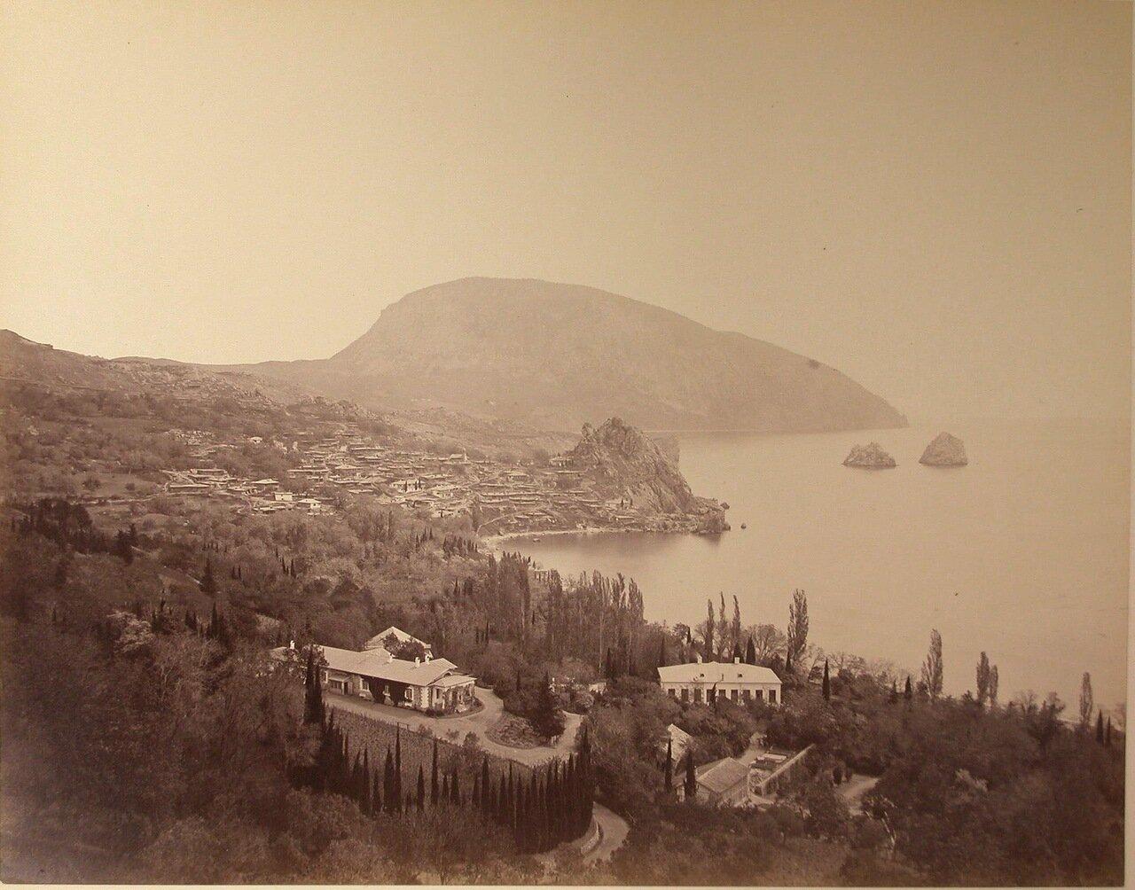 34. Вид на город; справа - скалы Адалары, на втором плане - гора Аю-Даг