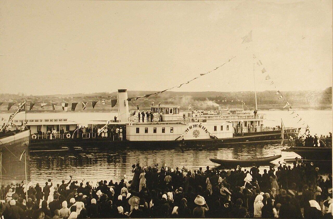 21. Жители города провожают пароход Межень, на борту которого императорская семья отбывает из города