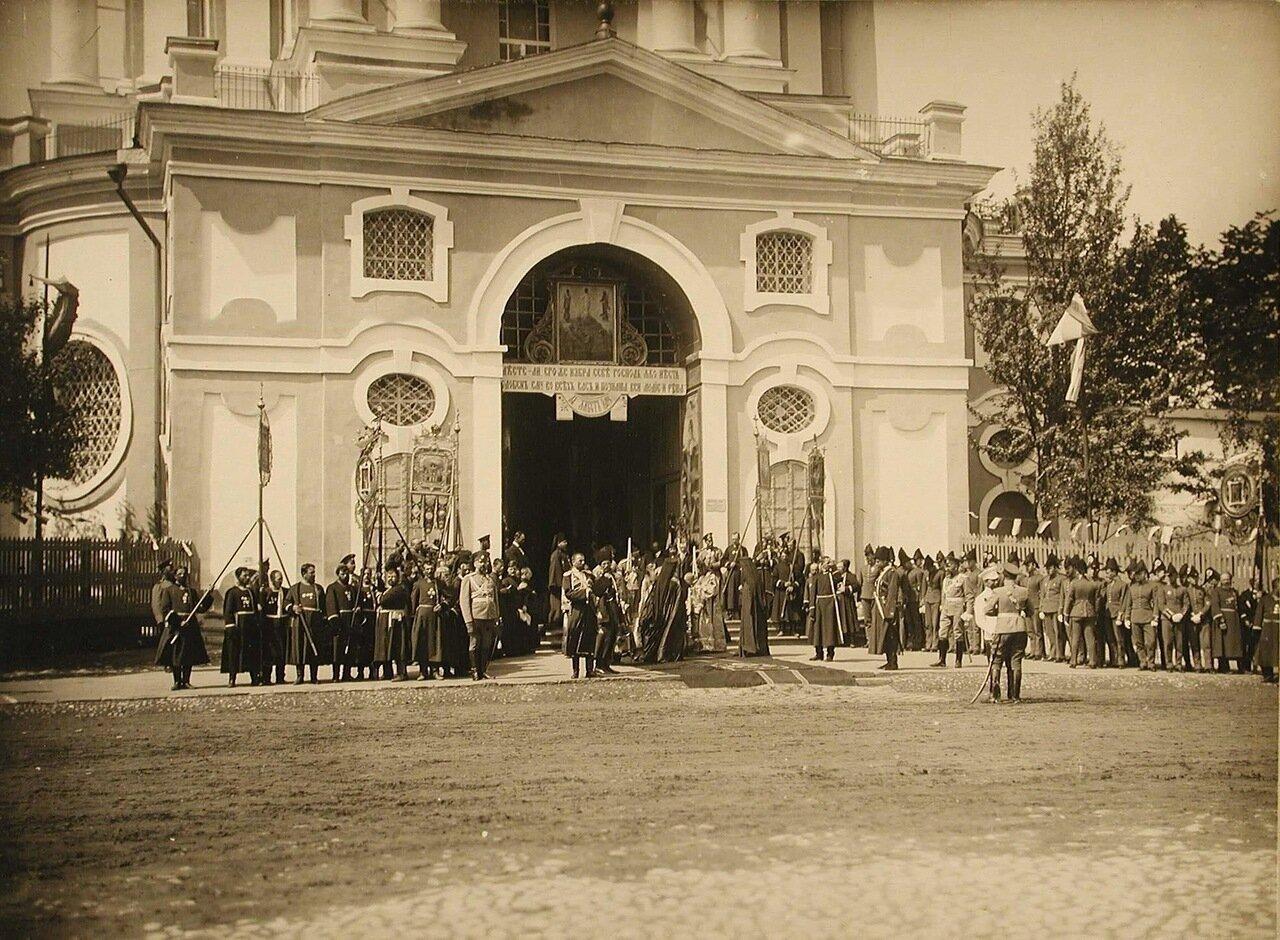 43. Хор церковных певчих, группа священнослужителей и военных у входа в Новоспасский монастырь