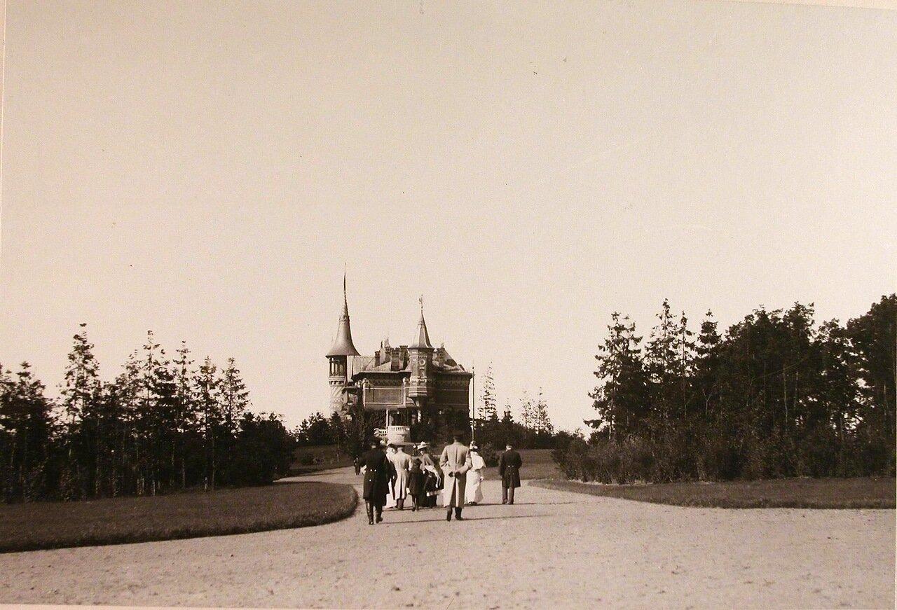05. Члены семьи коменданта Беловежского дворца на аллее парка, ведущей во дворец (виден на заднем плане)