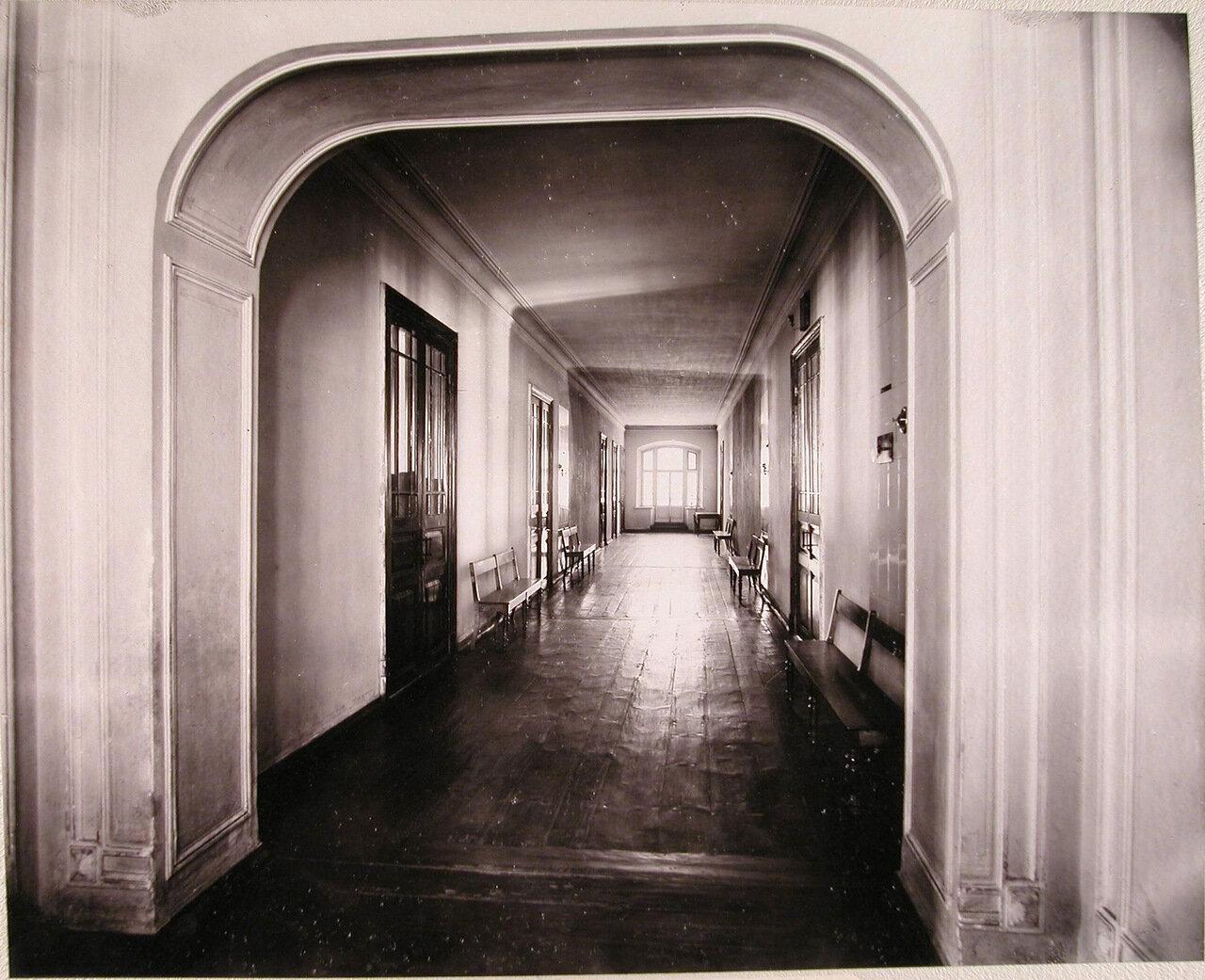 11. Вид части коридора верхнего этажа училища