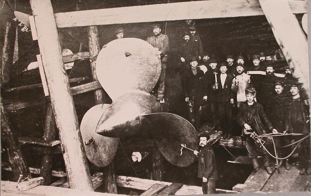 31. Группа рабочих у гребного винта строящегося линейного корабля «Полтава». 20 июня 1911 г.