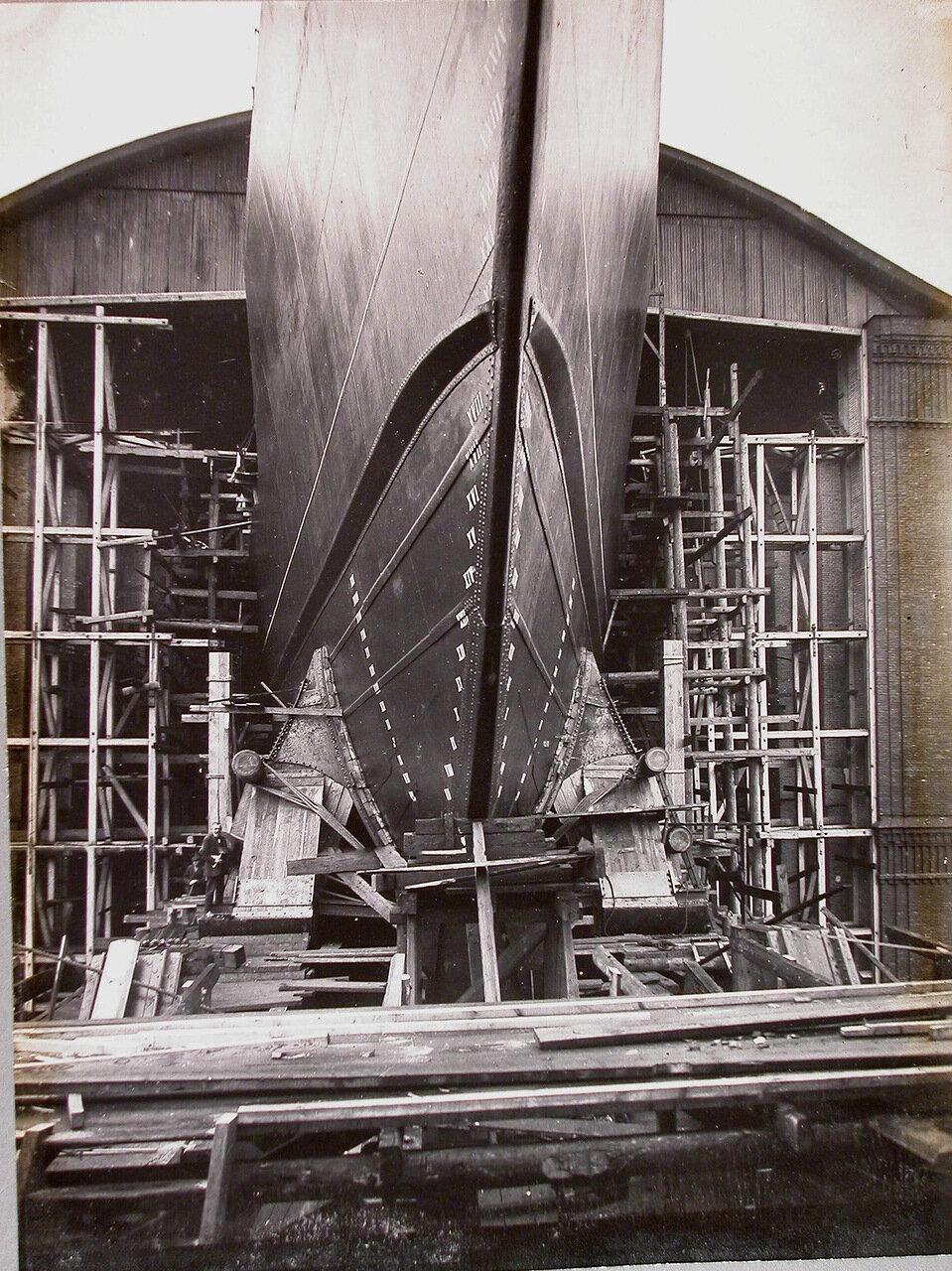 39. Вид носовой части линейного корабля «Полтава» (с передними копыльями и спусковым полотенцем). 2 июня 1911 г.