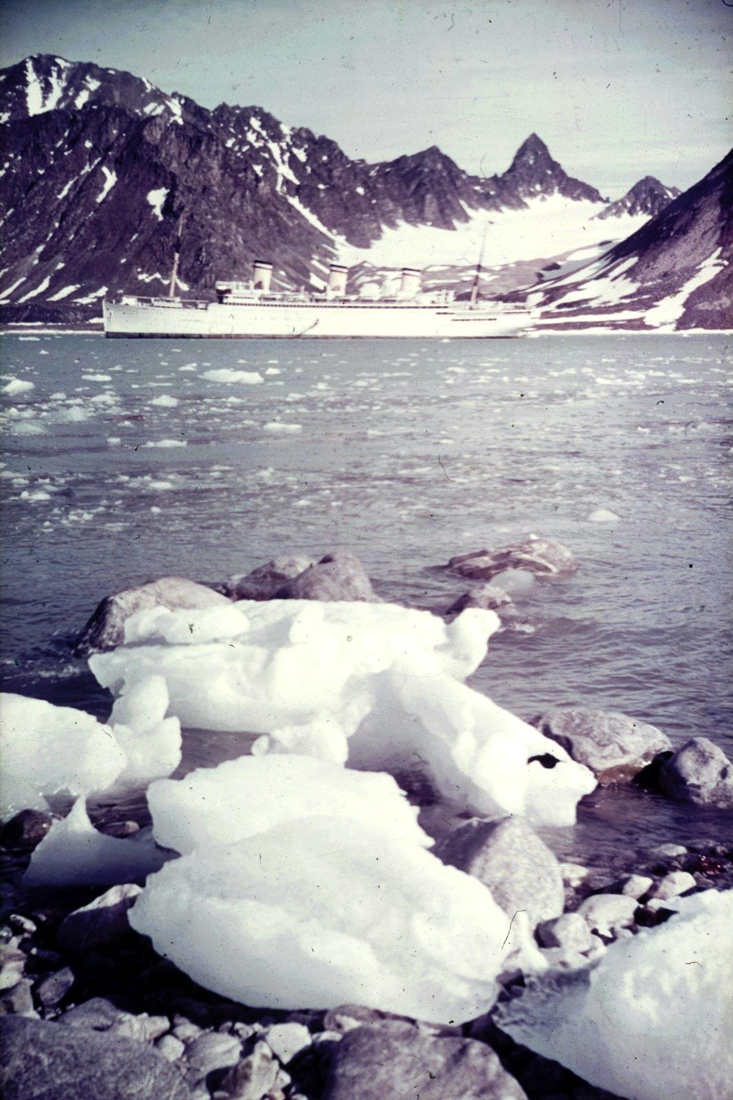 Шпицберген. Бухта Магдалена с пассажирским судном