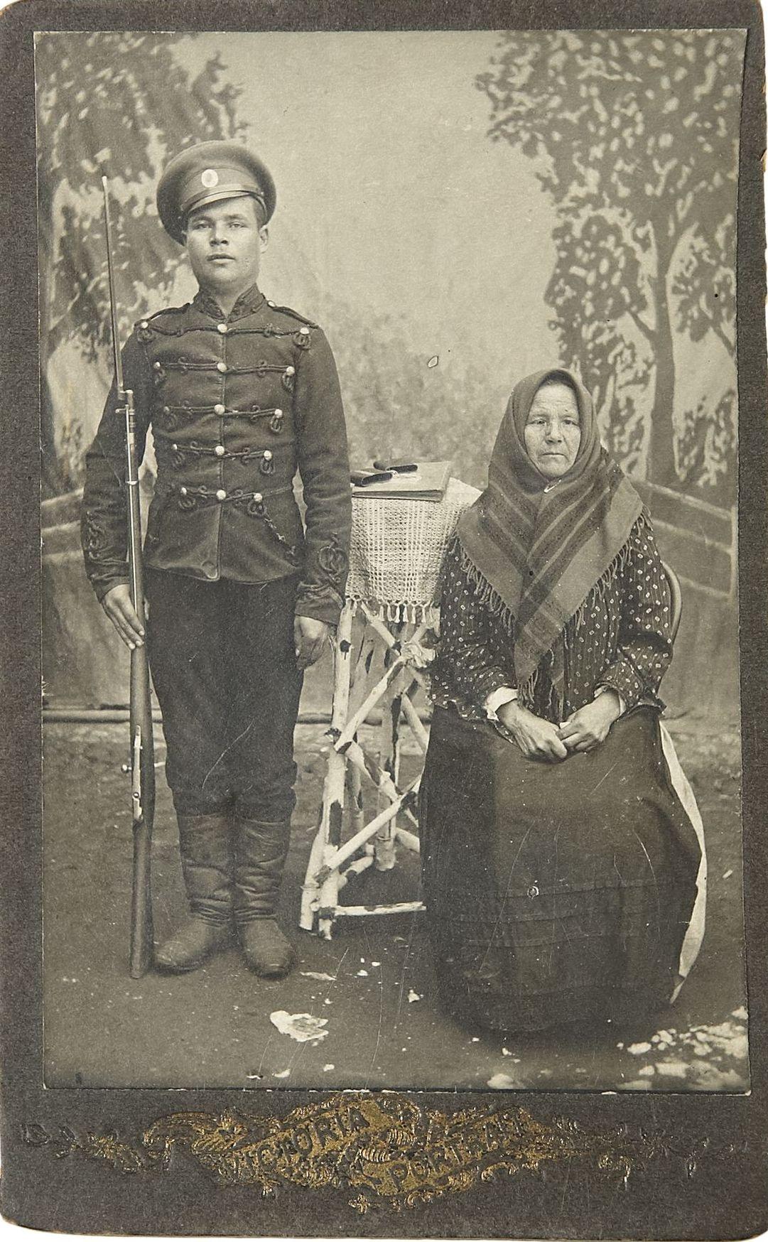 Фото рядового Лейб-Гвардии Гродненского полка с матерью.  1910-е