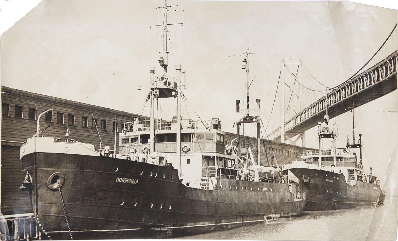 1938. Фото гидрографических судов «Полярный» и «Партизан» в Сан-Франциско под мостом «Золотые ворота»