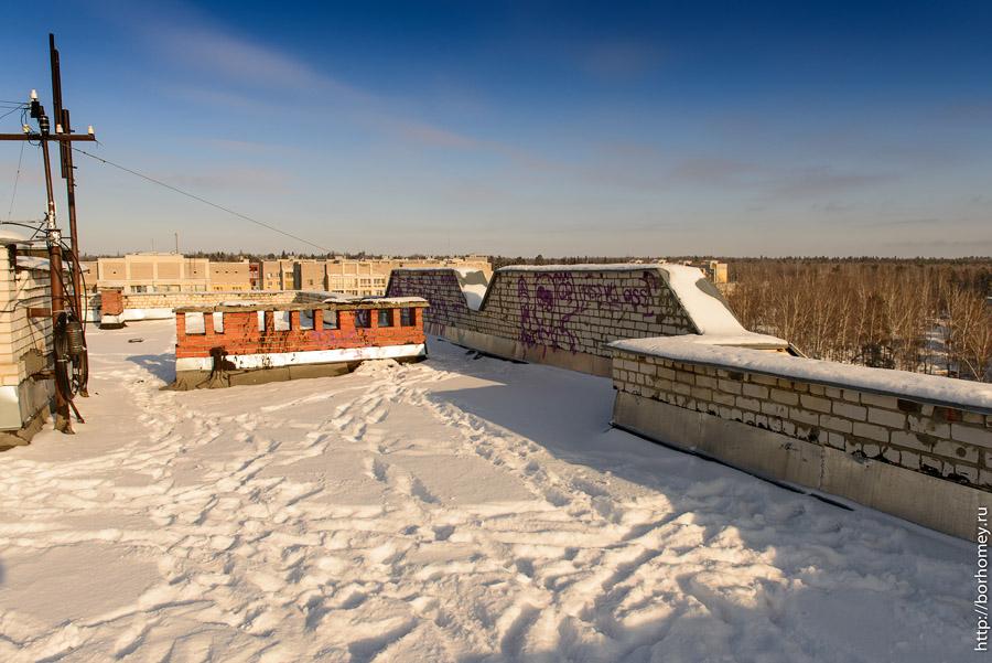 снег на плоской крыше