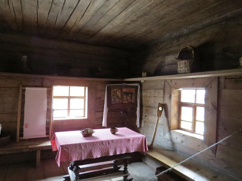 В крестьянской избе в музее Витославлицы в Великом Новгороде