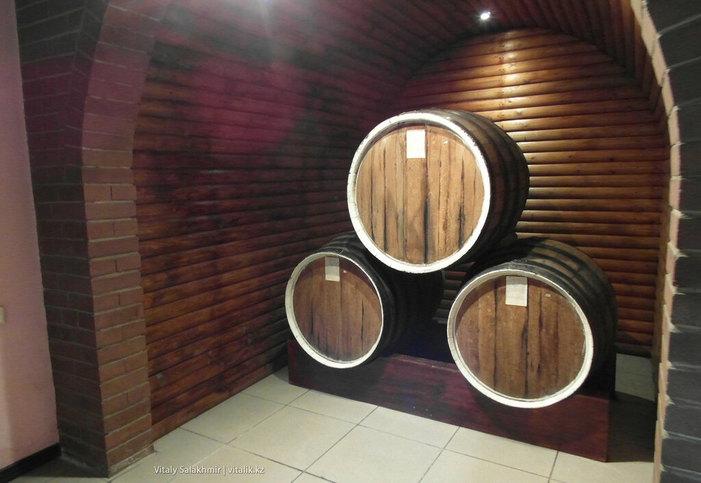 Бочки с вином на заводе Бахуса в Алматы