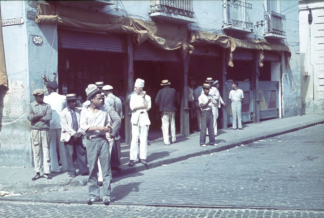Куба. Гавана, Десампарадос. Люди на углу улицы
