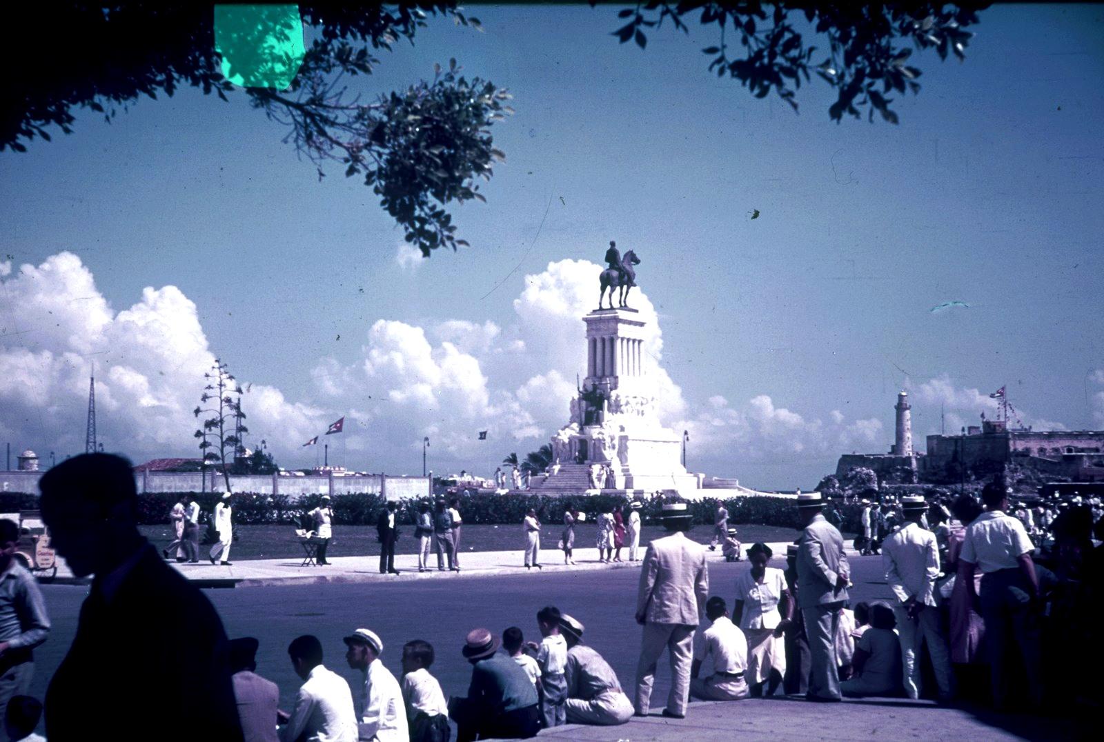Куба. Гавана, Площадь Хосе Марти. Конная статуя национального героя Кубы Хосе Марти