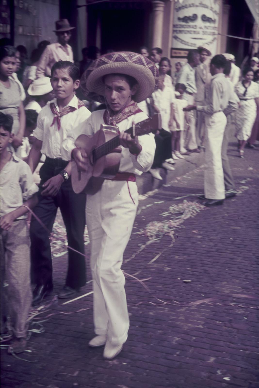 Панама. Проспект Бальбоа. Участники парада и зрители на обочине