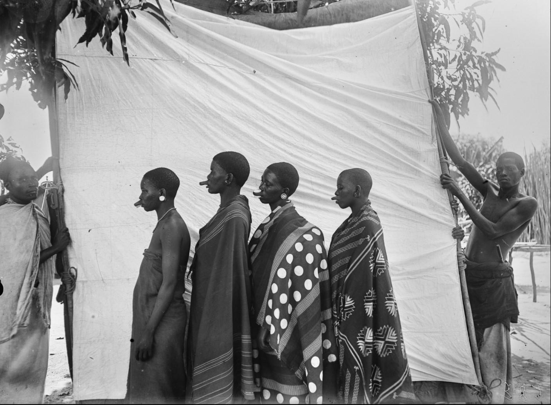 27. Антропометрическое изображение четырех женщин маконде