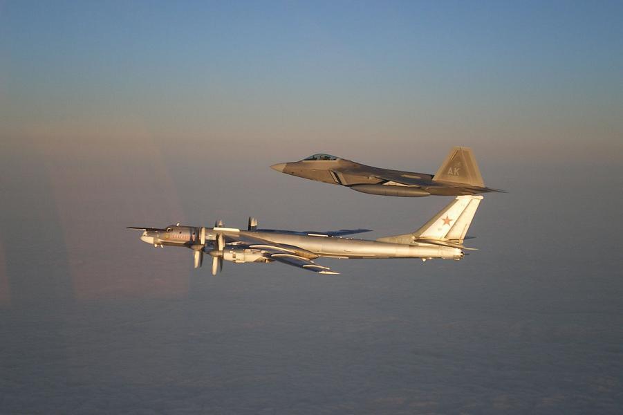 Ту-95 и F-22.png