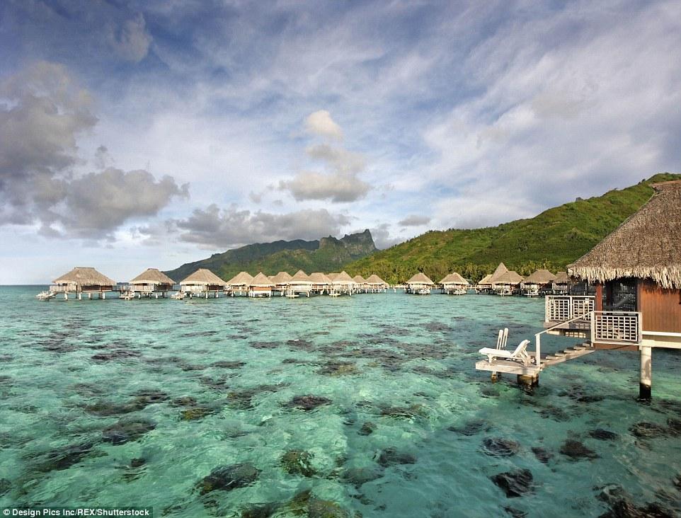 Курорт в лагуне Муреа во Французской Полинезии, где видно морское дно.