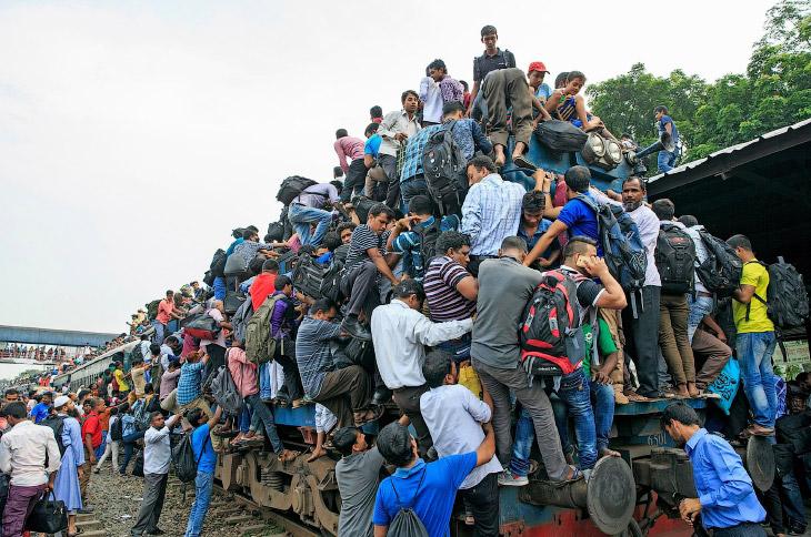1. Модница забирается на крышу поезда. (Фото Yousuf Tushar):