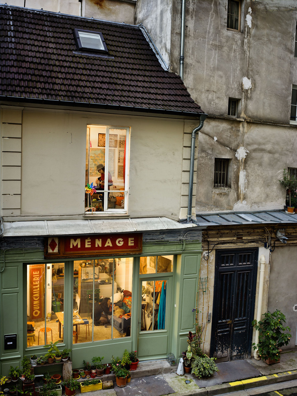 «Из моего окна»: фотограф Гейл Алберт-Халабан заглянула в окна жителей Парижа и Нью-Йорка (28 фото)