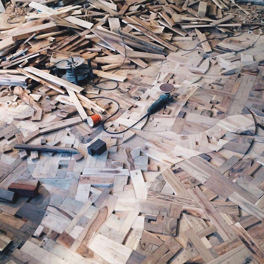 «На ровный бетонный пол положил 10-миллиметровую фанеру, а затем наклеил деревянные блоки».