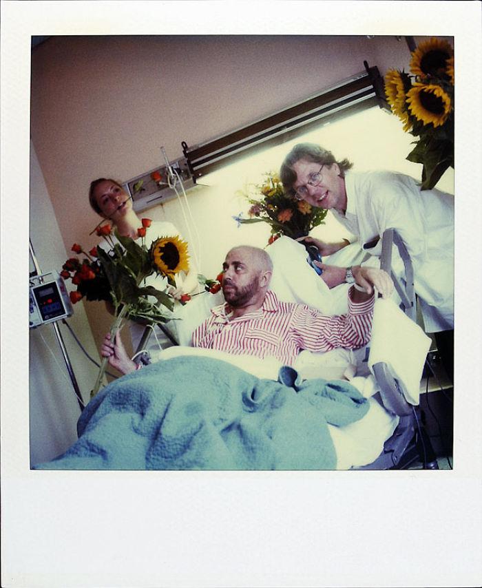 20 августа 1997 года: друзья навещают его в больнице.