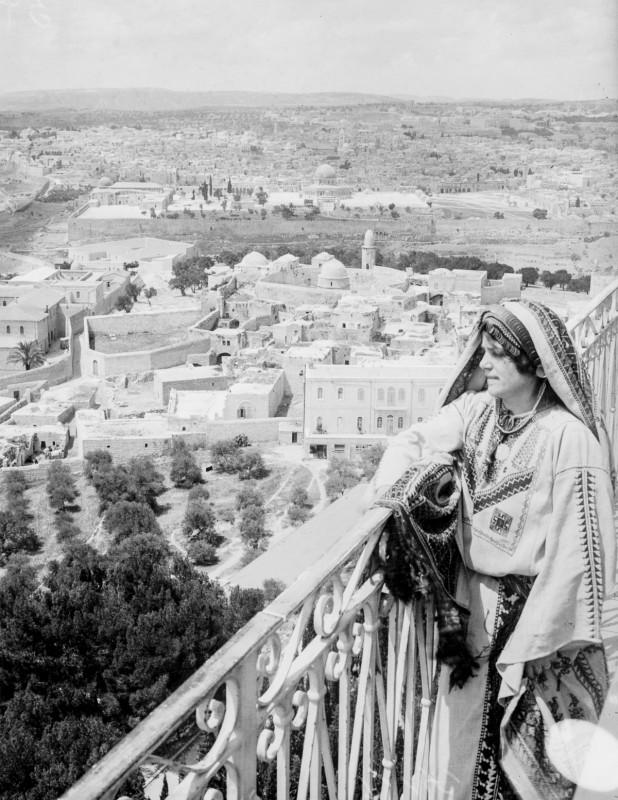 1918 год. Женщина смотрит на Иерусалим с Елеонской горы.