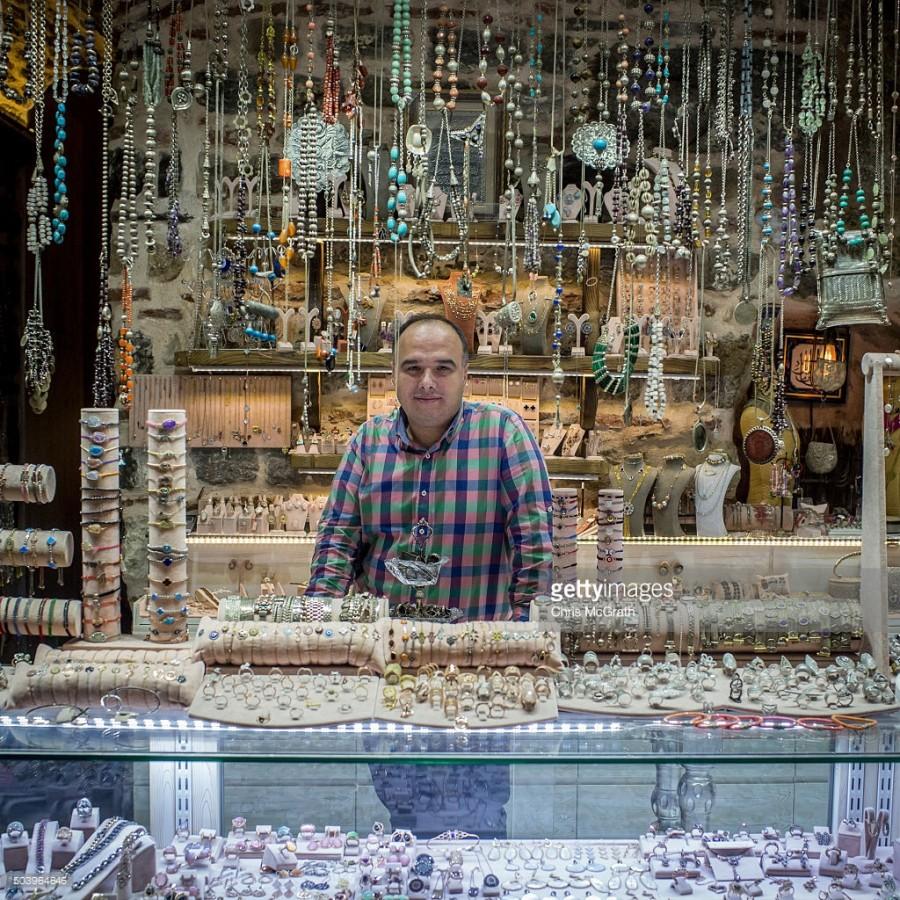 13. Мехмет Онлу продает серебряные украшения.