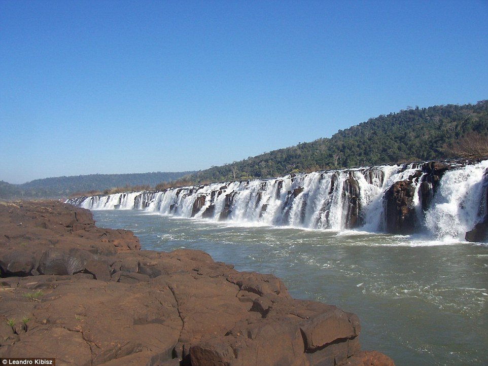 Высота водопадов Мокона, которые можно наблюдать около 250 дней в году, на некоторых участках достиг