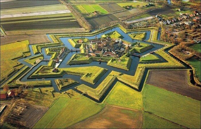 Форт Буртанье, Нидерланды Звездная крепость, находится в деревне Буртанье, Гронинген, Нидерланды.