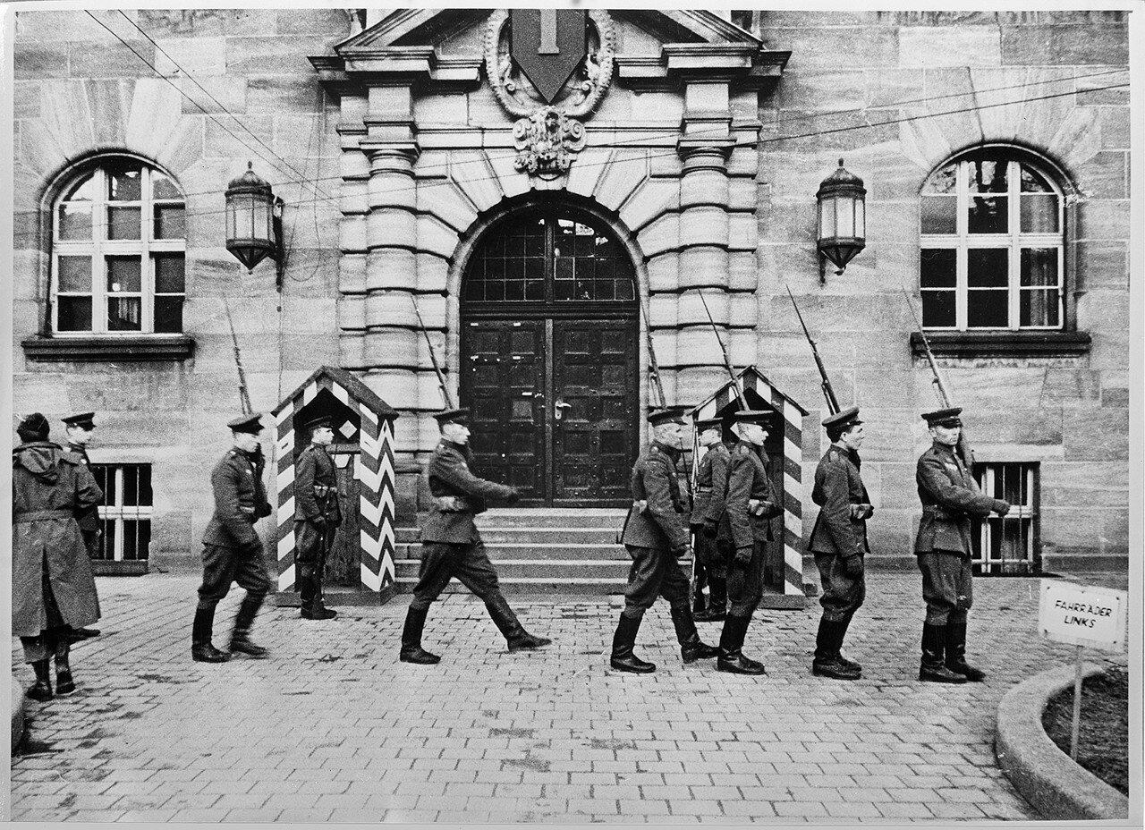 Советские солдаты перед Нюрнбергским Дворцом правосудия