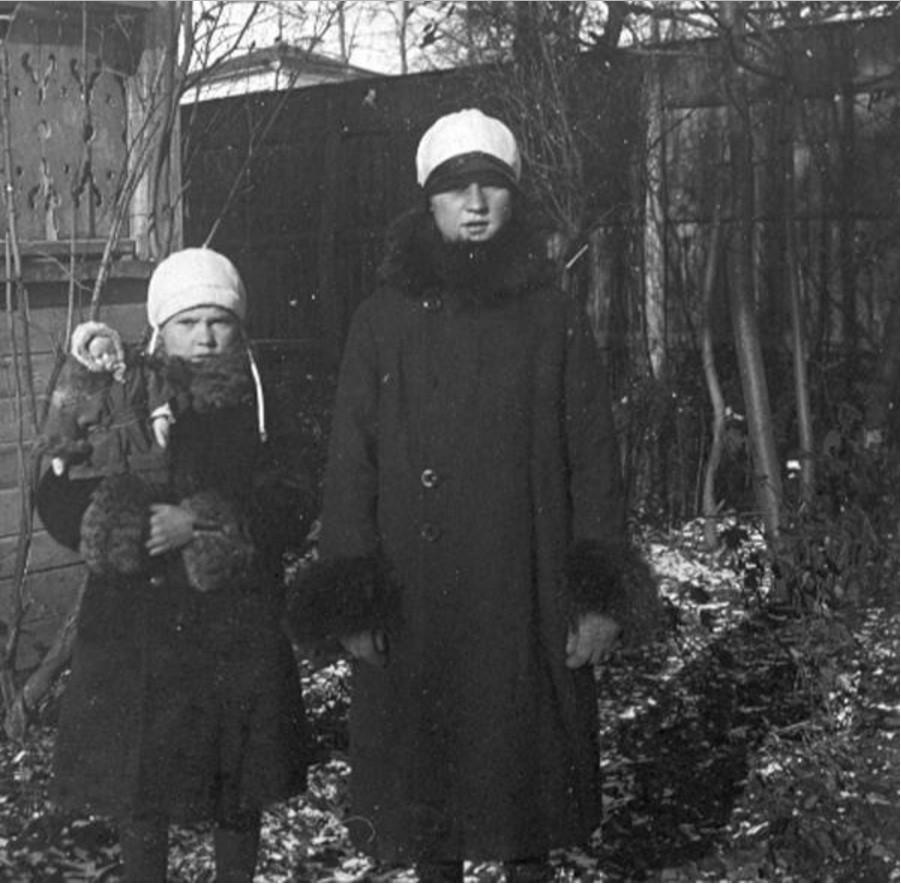 Две девочки в палисаднике