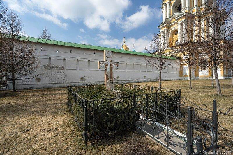 Поклонный крест у юго-восточных ворот Новосспасского монастыря