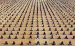 Школьники занимаются йогой в лагере в Ахмедабаде, Индия, 5 января 2017 года. Фото: Amit Dave / Reuters