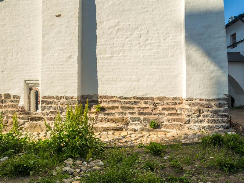 Стена Успенской церкви.