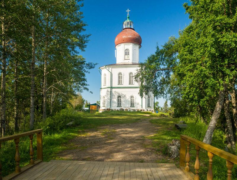 Это самый высокий маяк на Белом море. Высота — 98 метров от морской поверхности.
