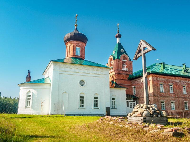 В итоге я всё же доезжаю до Савватьевского скита. Здесь в 1429 г. поселились первые монахи, пришедшие на острова, — Герман и Савватий.