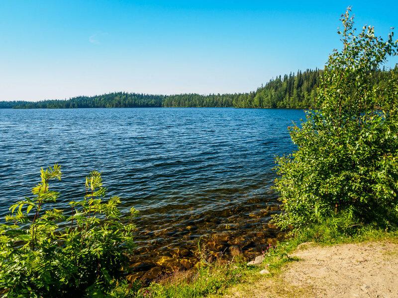 Большое Красное — видимо, самое большое озеро на острове.