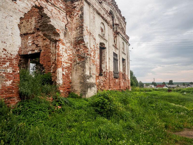 Разрушенная церковь.