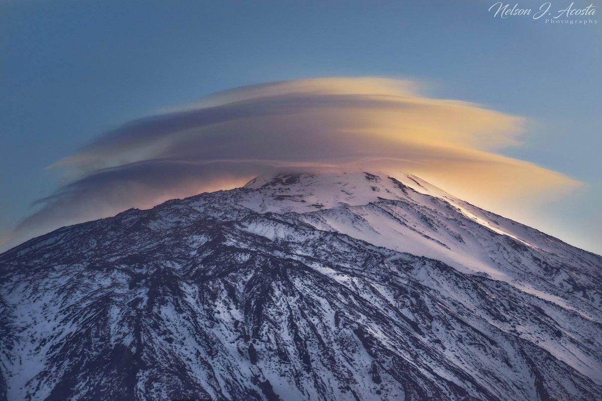 Лентикулярное облако над вулканом Тейде, Тенерифе, Испания. 8 Марта 2018. ФотографNélson Acosta