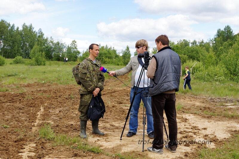 Организатор реконструкции Алексей Кобяков дает интервью журналистам. 22 июня, реконструкция начала ВОВ в Кубинке