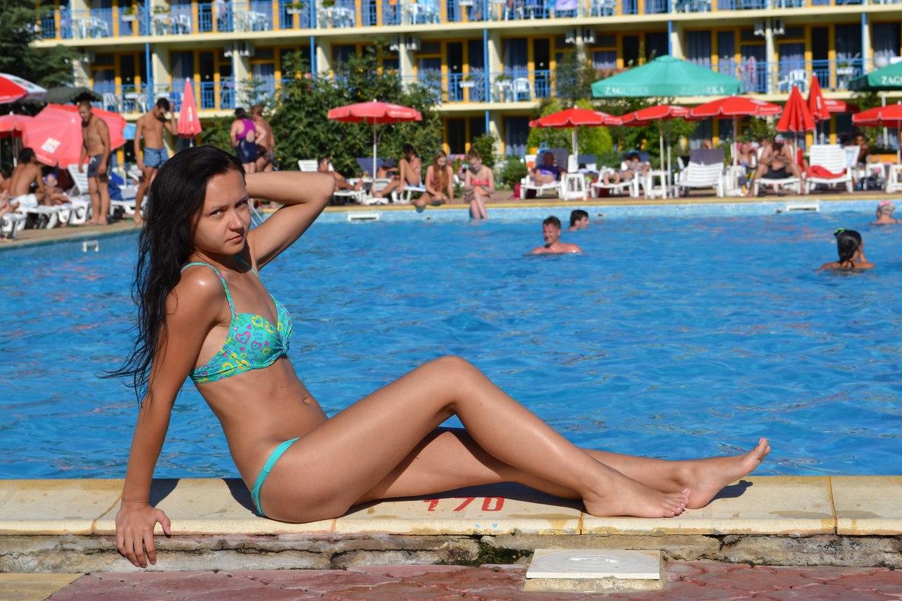 Девушка после купания в бассейне в купальнике