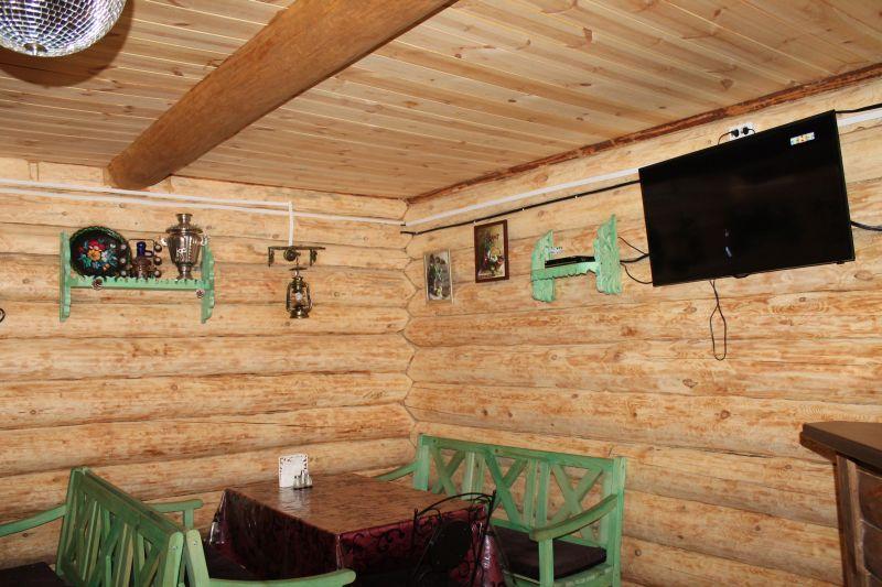 Также есть небольшой зал, который работает в любую погоду. (09.06.2015)