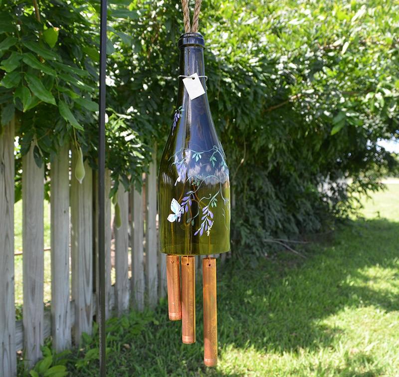 10. Музыка ветра. Эта своеобразная винная бутылка с пробковыми палочками готова встретить ветер.