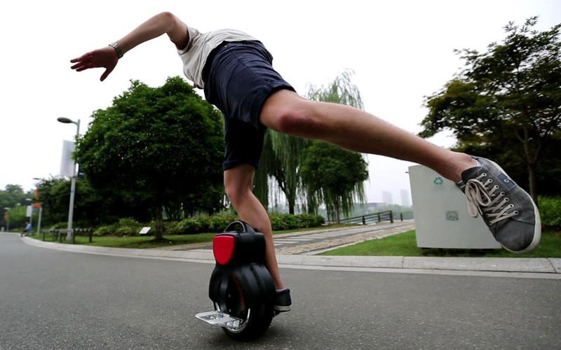 Самобалансирующийся скутер от Airwheel весит всего 9.8 кг, имеет удобную ручку и складные подставки