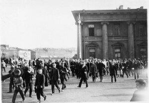 Публика на Невском проспекте около Аничкова дворца.