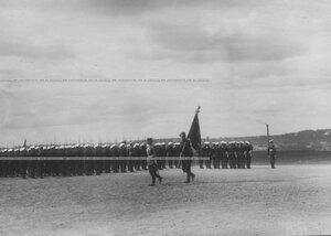 Вынос знамени вовремя парада полка.