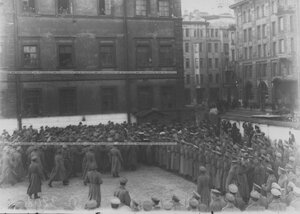 Почетный караул и оркестр у ворот казарменного двора в день приезда А.Ф.Керенского на митинг и парад запасного батальона полка.