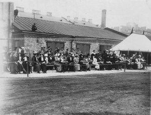Группа приглашенных и офицеров бригады с дамами у палатки на плацу во время конных состязаний в бригаде.