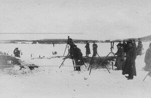 Группа офицеров на наблюдательном пункте во время стрельб на Неве.
