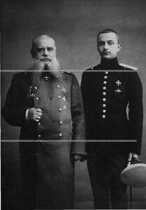 Генерал-лейтенант в отставке с офицером Кирасирского полка.