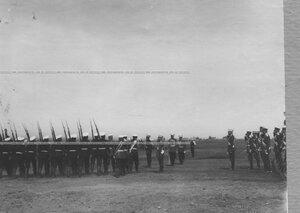 Церемониальный марш 1 батальона проходит мимо императора Николая II и группы генералов.